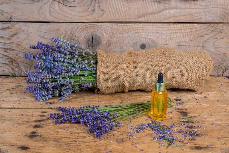 静物画用在一张老土气木桌上的淡紫色 图库摄影