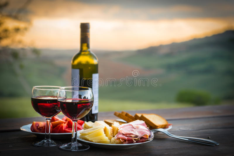 静物画红葡萄酒、乳酪和熏火腿 库存照片