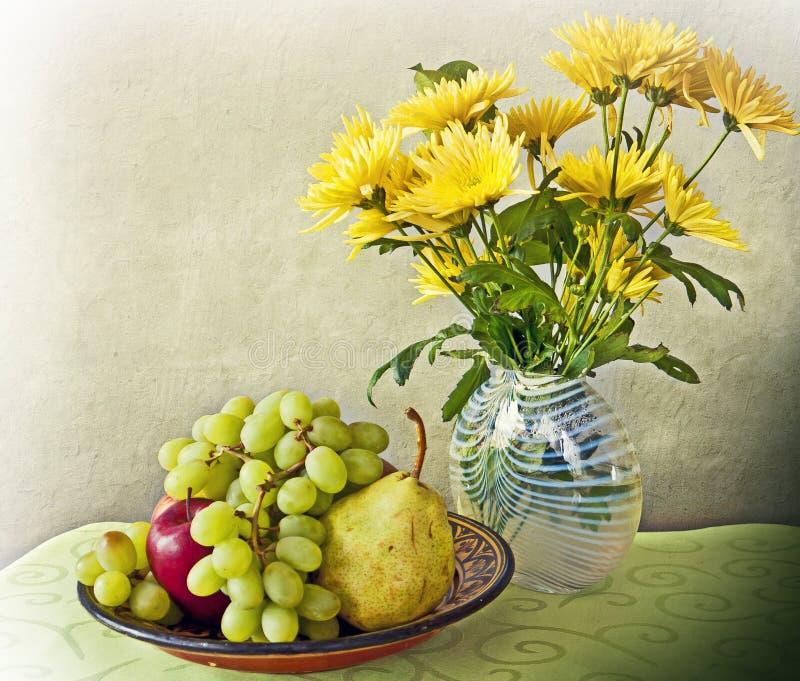 静物画,内部用果子和花 库存图片