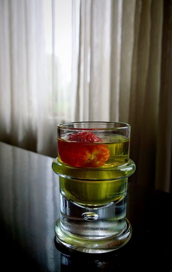 静物画,在半暗的木桌与白葡萄酒饮料  免版税库存图片