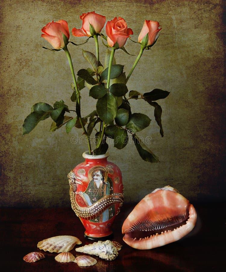 静物画:有橙色玫瑰和壳的东方花瓶在grun 图库摄影