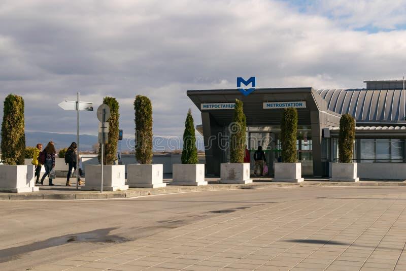 索非亚,保加利亚- 2016年11月:对地铁车站的入口在终端2附近在索非亚在索非亚采取国际机场,保加利亚 免版税库存图片