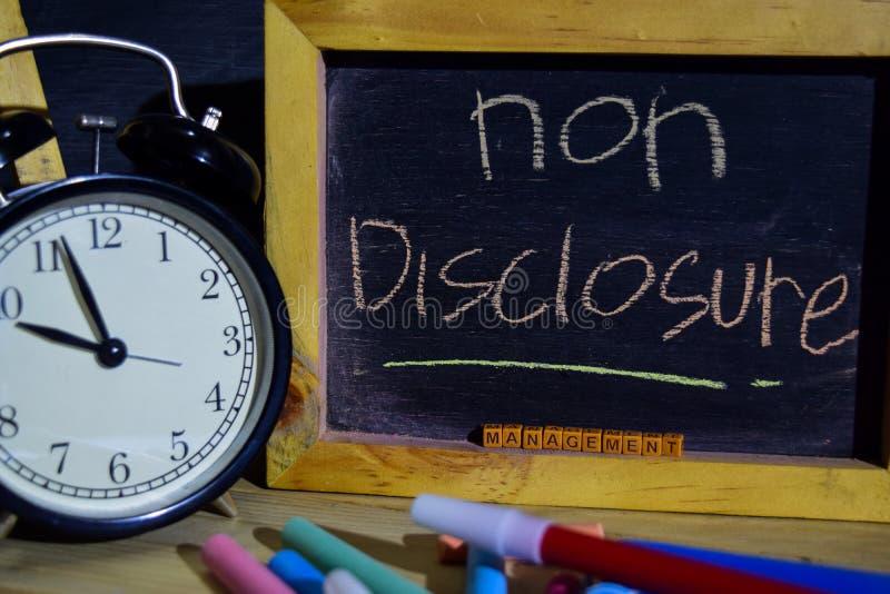 非在词组五颜六色手写的透露管理在黑板 库存照片