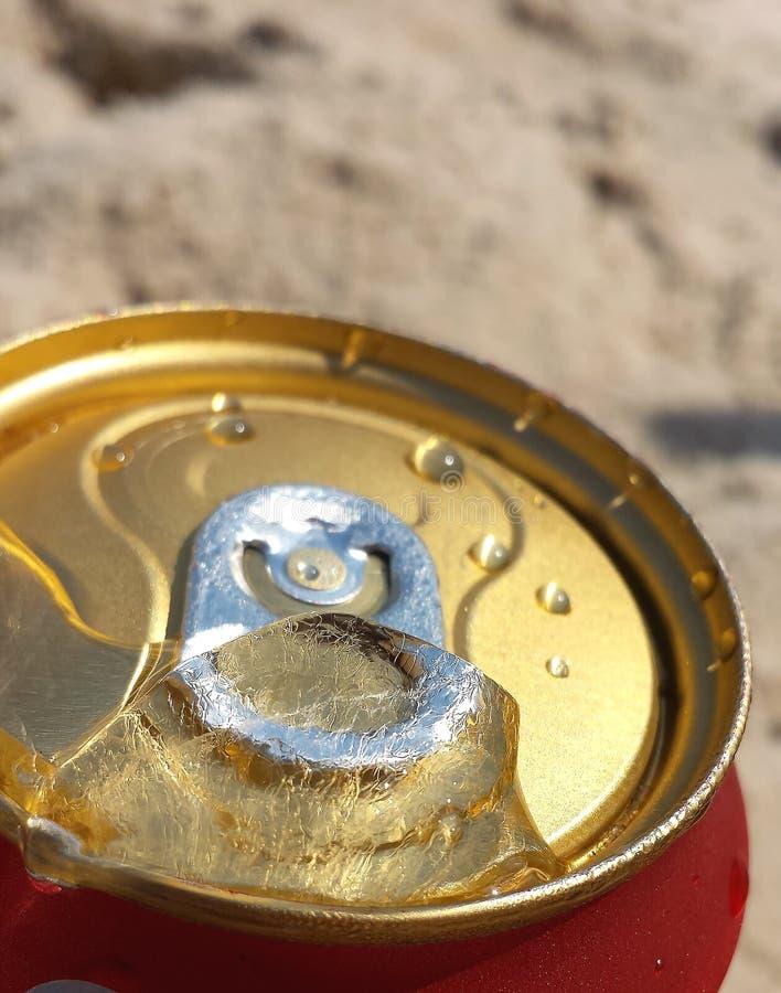 非常冷的罐头啤酒 水下落和冰在罐头啤酒 免版税库存图片