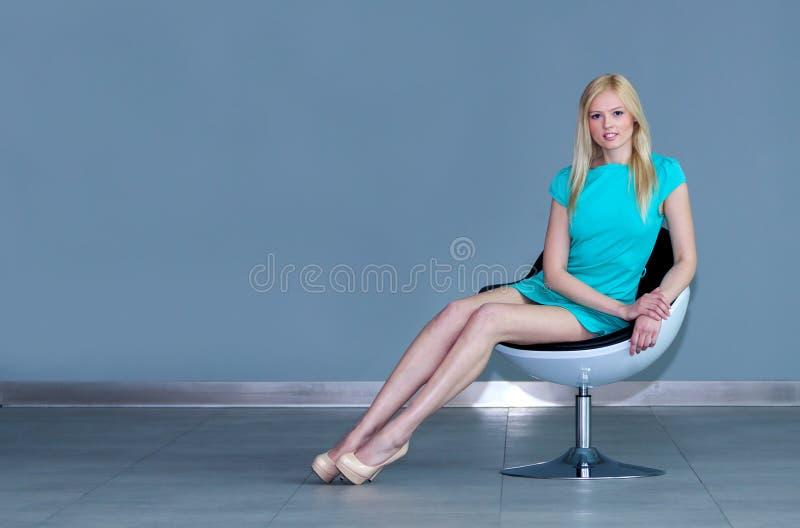 非常可爱的年轻白肤金发的女孩  库存照片