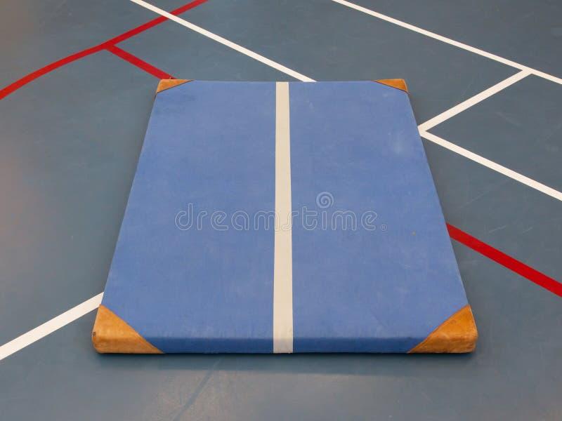 非常在一个蓝色法院的老蓝色席子 免版税库存图片