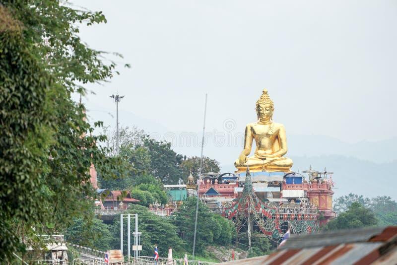 非常坐在河旁边的大伟大的金菩萨雕象 免版税库存照片
