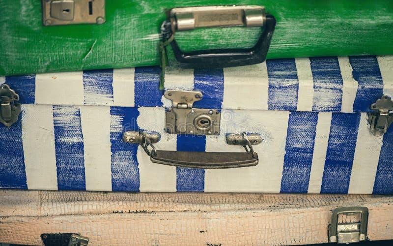 非常大减速火箭的手提箱不同的颜色 免版税库存图片