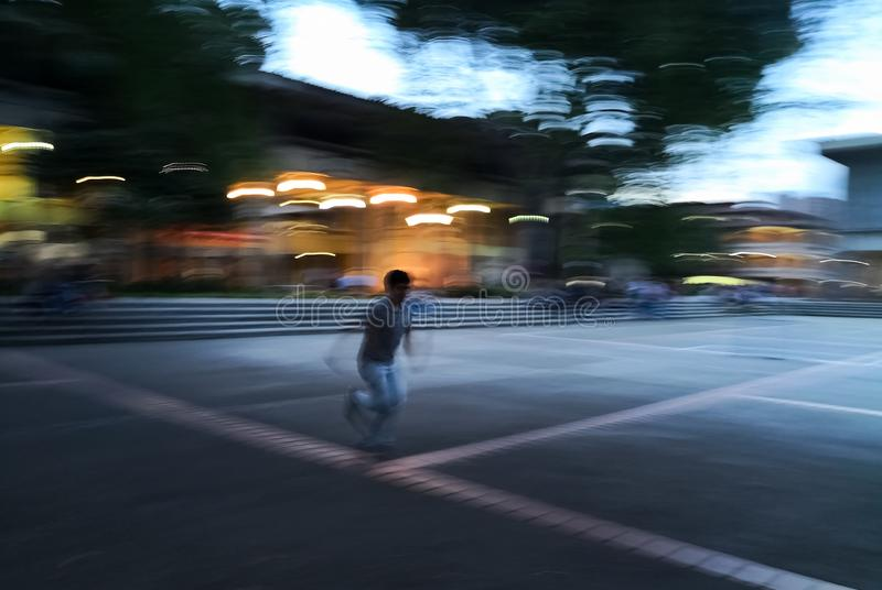 非常快速地跑和跑步与被弄脏的行动行动的年轻成人人 免版税库存图片