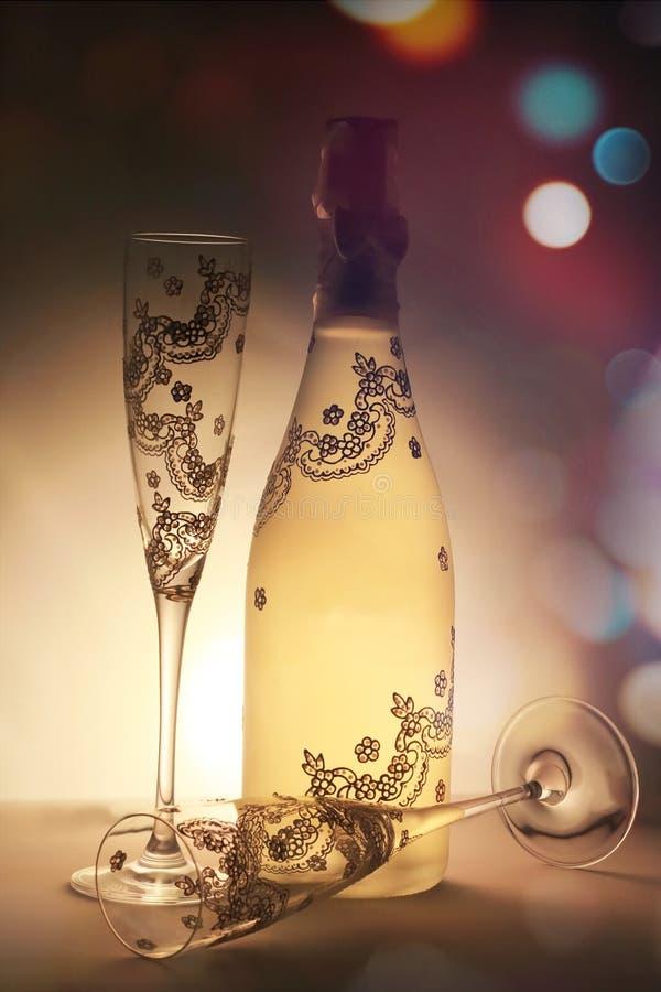 非常恰好装饰的香宾瓶和杯子 免版税图库摄影