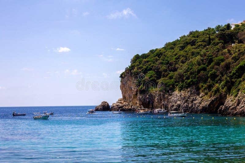 非常惊人的大海或小岛围拢的美丽的岩层海岛 游船和游艇是所有在附近是 免版税图库摄影