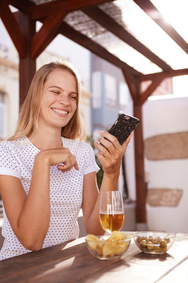 非常愉快的微笑的金发女孩 免版税图库摄影