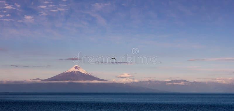 非常有一些纹理的深蓝湖 在背景的火山 图库摄影