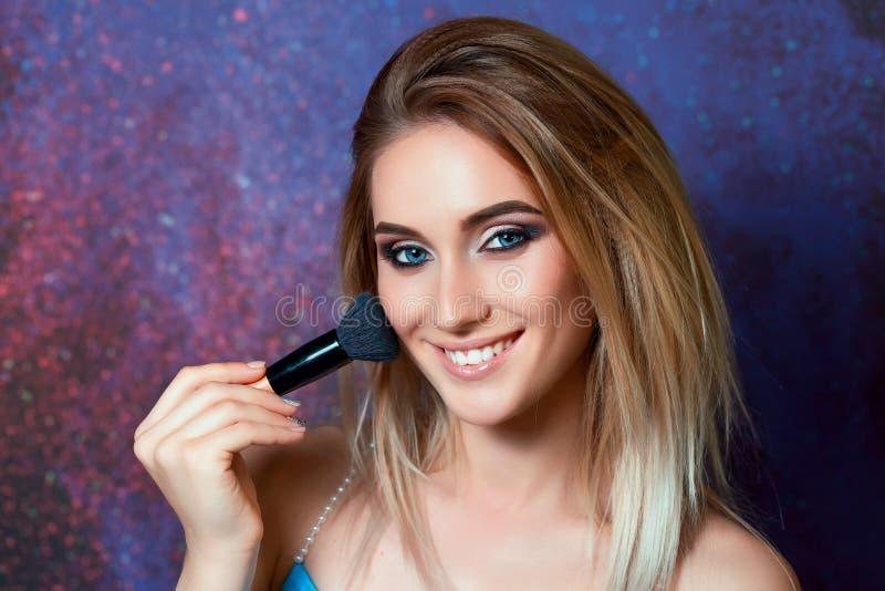 非常有摆在与缨子的蓝眼睛的美丽的女孩为 图库摄影