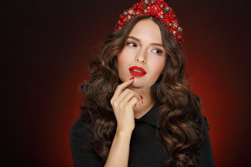 非常有红色头发典雅的冠状头饰的a美丽的沉思魅力女孩 库存图片