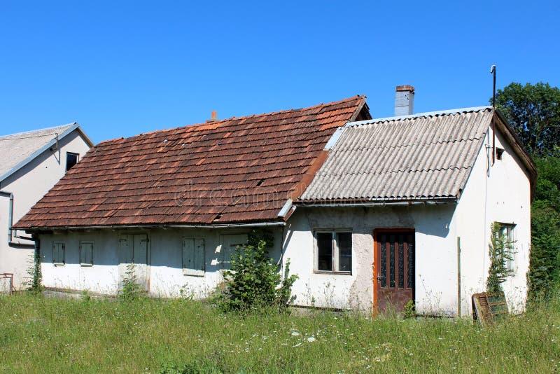 非常有被毁坏的门面和瓦的小被放弃的房子 库存照片