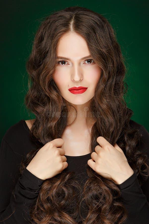 非常有长毛绒健康卷发的美丽的魅力女孩在 免版税库存照片