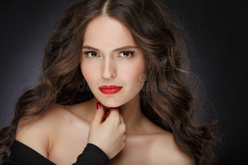 非常有长毛绒健康卷发的美丽的魅力女孩在 图库摄影