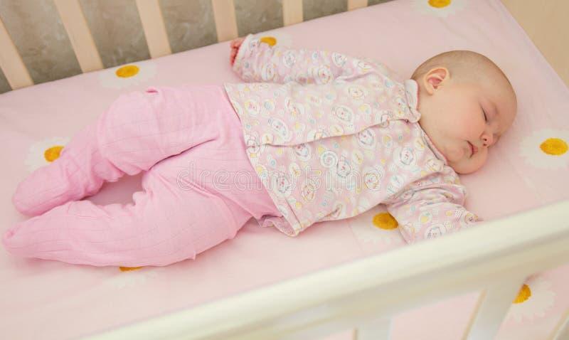 非常睡觉在小儿床的好甜婴孩 免版税图库摄影