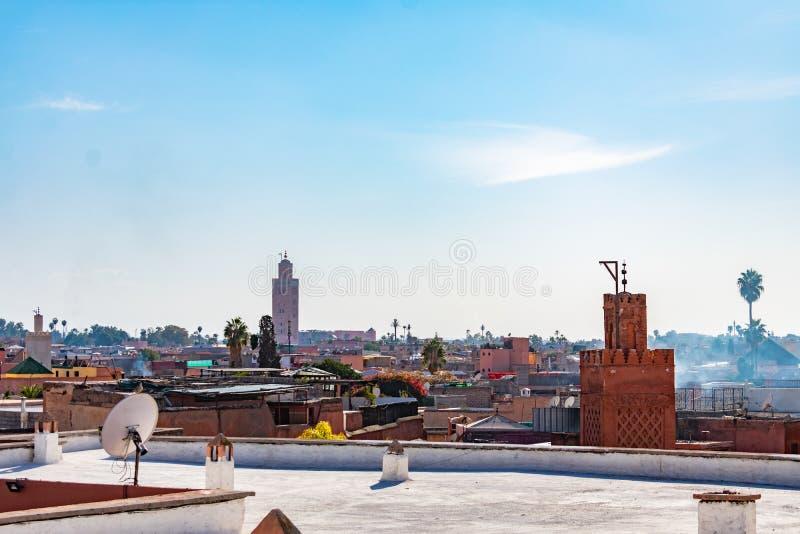 非常突出在屋顶的两座清真寺尖塔在马拉喀什摩洛哥麦地那  免版税图库摄影