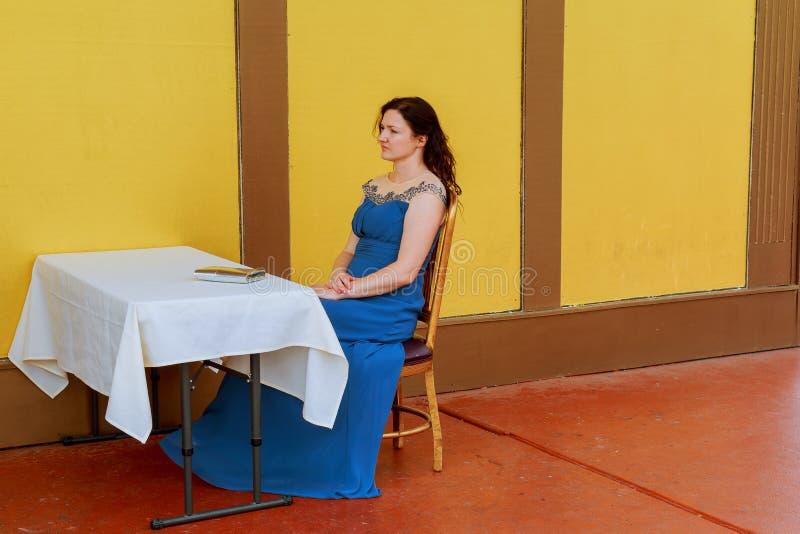 非常美丽的妇女单独乏味 免版税库存照片