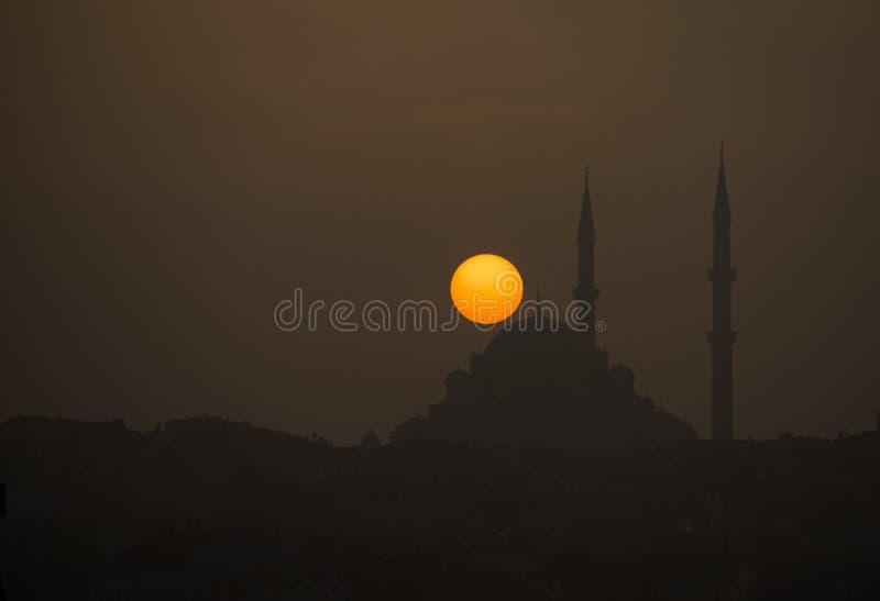 非常美好的日落时光在有清真寺的伊斯坦布尔 库存图片