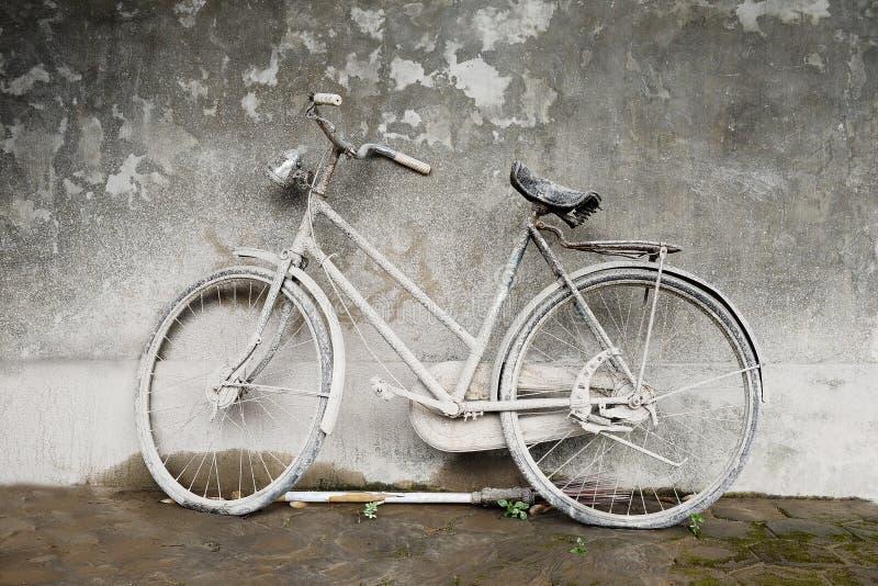 非常老和多灰尘的自行车 库存照片