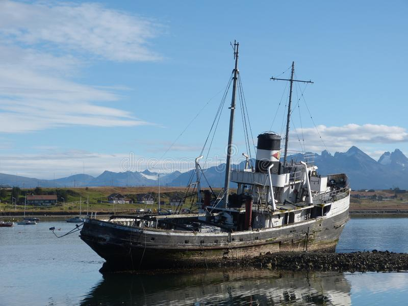 非常老小船在乌斯怀亚 库存图片