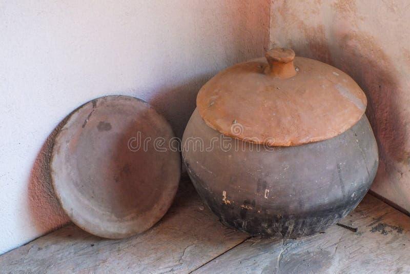 非常老手被投掷的瓦器在庭院在厄瓜多尔流洒了 库存照片