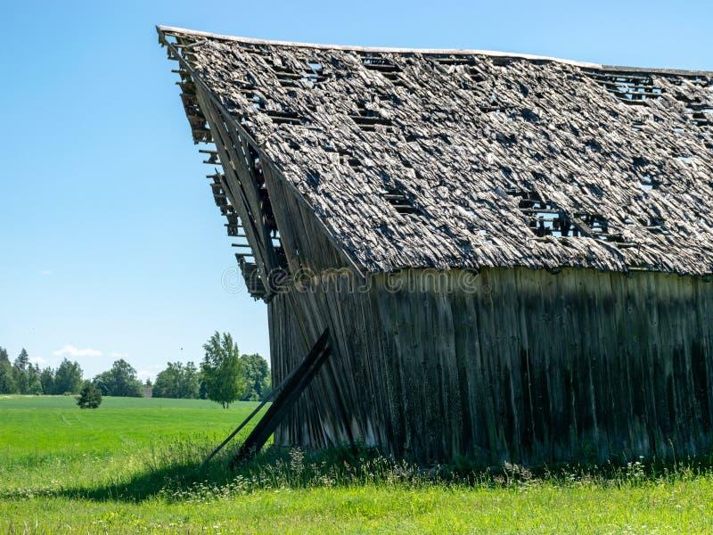 非常老木谷仓在乡下 免版税库存照片
