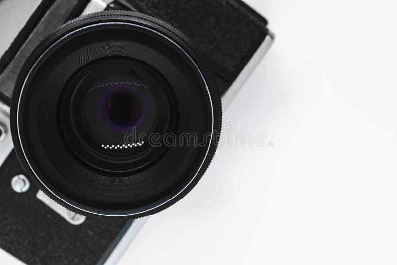 非常老葡萄酒SLR黑色照片照相机有从上面的黑透镜视图有拷贝空间和白色背景 库存照片