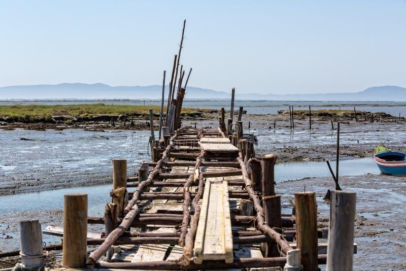 非常老被毁坏的码头在渔夫村庄 免版税库存图片
