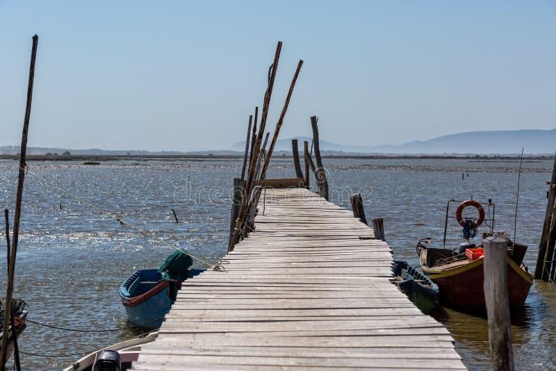 非常老被毁坏的码头在渔夫村庄 免版税库存照片