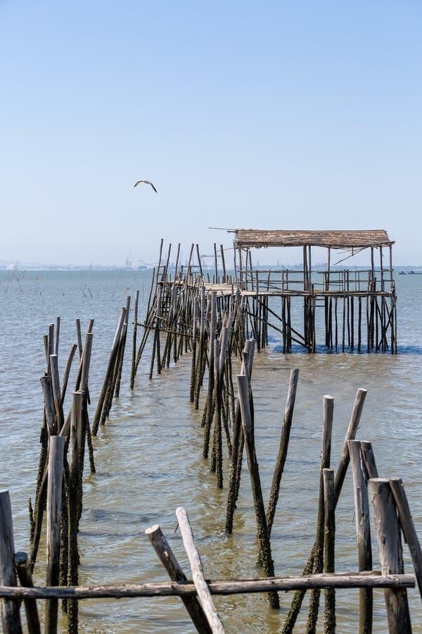 非常老被毁坏的码头在渔夫村庄 图库摄影