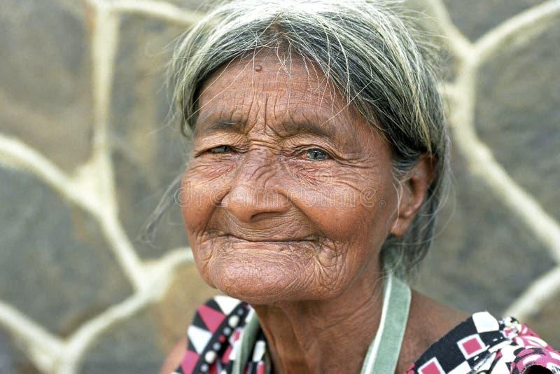 非常老,起皱纹的,拉丁美州的妇女画象  免版税库存图片