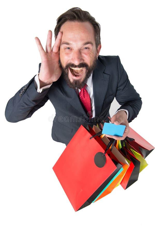 非常购物的疯狂的折扣时间 惊奇销售期间 与购物袋的可爱的商人和信用卡在手上 图库摄影