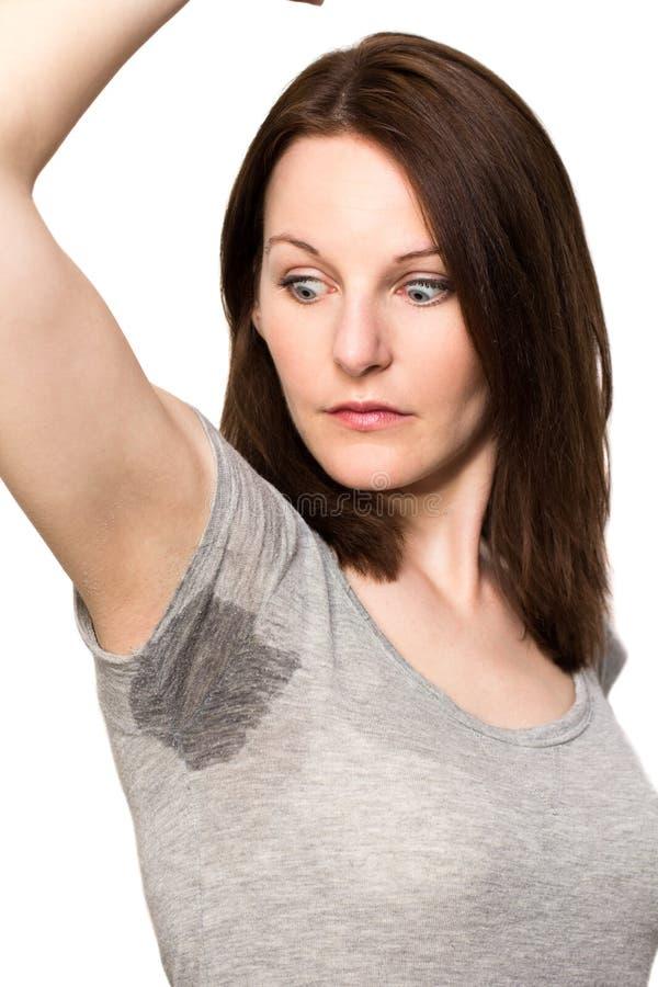 非常非常冒汗在腋窝之下的妇女 免版税图库摄影