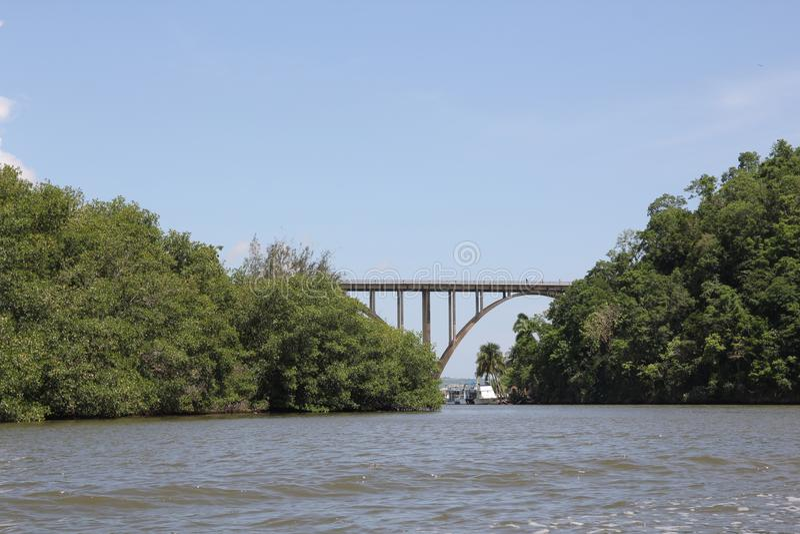 非常高度在一条宽河的被成拱形的桥梁 免版税库存图片