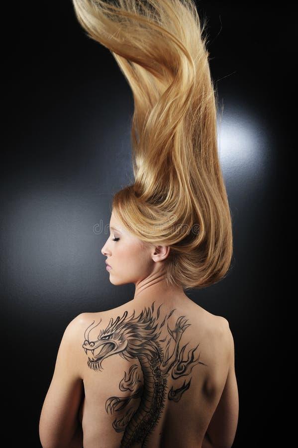 非常龙女孩性感的tatoo 免版税库存照片