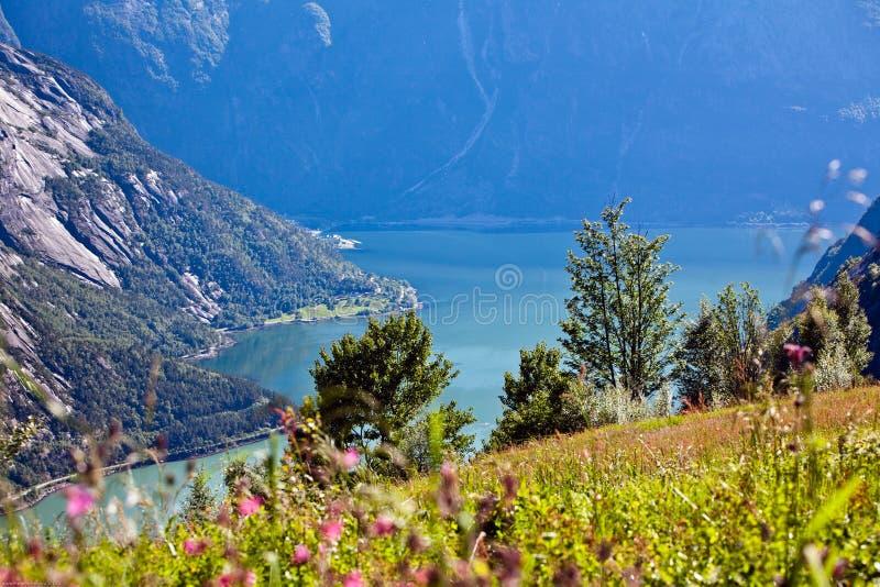 非常从山的美好的风景视图在蓝色wate 免版税库存图片