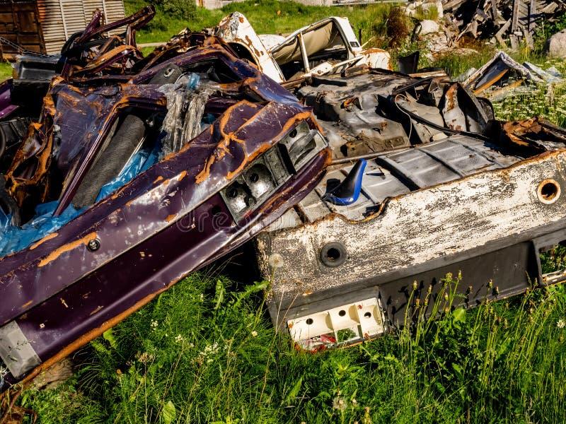 非法垃圾堆 大堆金属,木和塑料废物 污染概念 库存照片