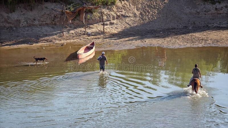 非法墨西哥移民回到Mexi的发怒格兰德河 库存图片