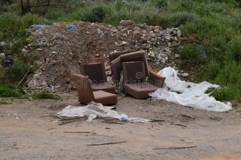 非法废倾销的老家具堆瓦砾 库存图片