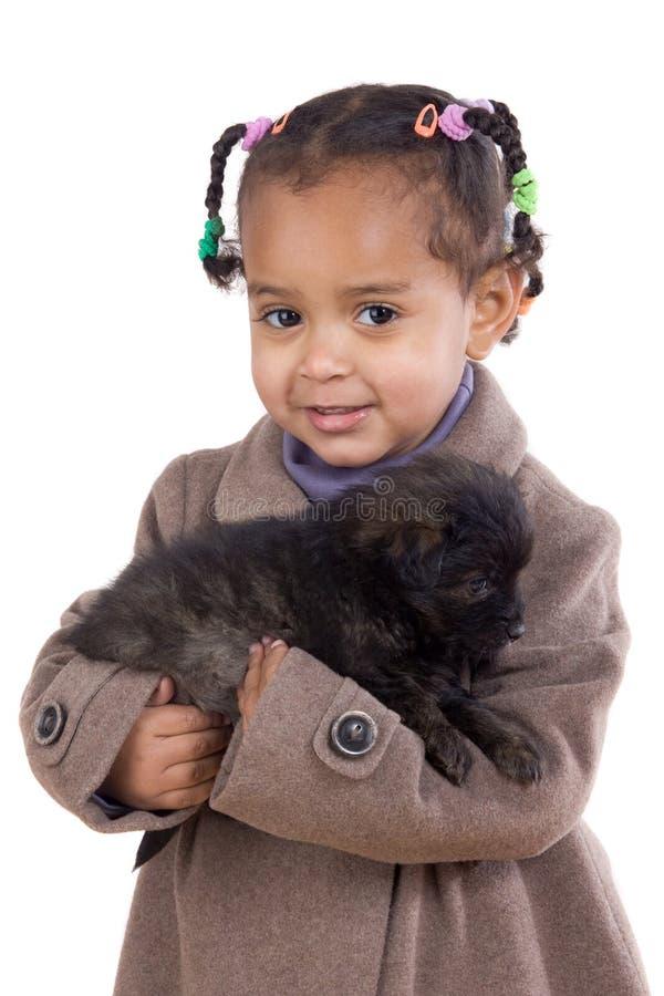 非洲人武装婴孩她的藏品小狗 免版税库存图片