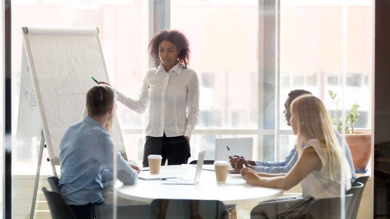 非洲企业教练咨询的队与whiteboard一起使用在训练 库存照片