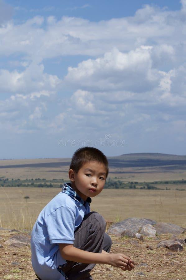 非洲原野横向的男孩 免版税图库摄影