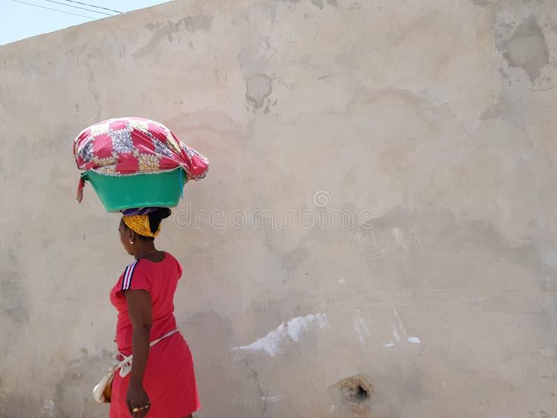 非洲夫人运载的篮子 免版税图库摄影