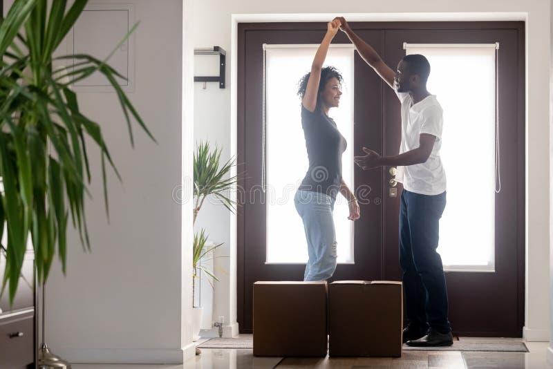非洲夫妇跳舞在搬入新的家的走廊 库存照片