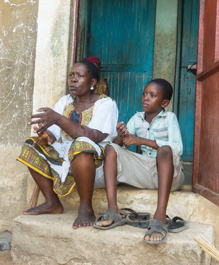 非洲妇女和孙子在肯尼亚 库存图片