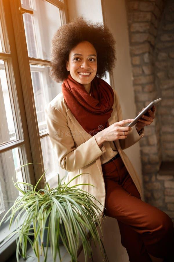 非洲妇女在办公室 免版税库存照片